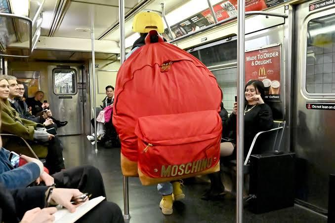 حقيبة كبيرة بعرض أزياء موسكينو