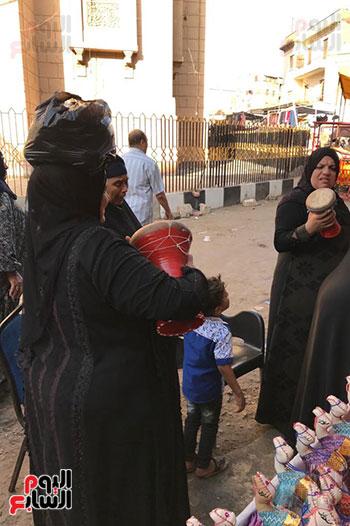 قصة كفاح سيدة فى بيع البخور والطبل بمدينة طنطا (8)