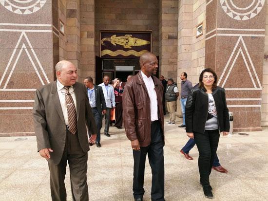 سفير موزمبيق يزور بمتحف النيل بأسوان (6)