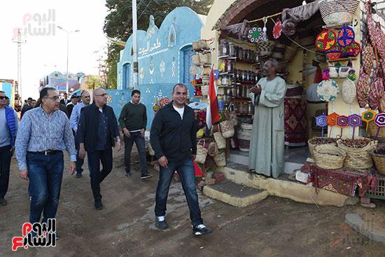 رئيس الوزراء فى جولة تفقدية لمدينة أسوان الجديدة (7)