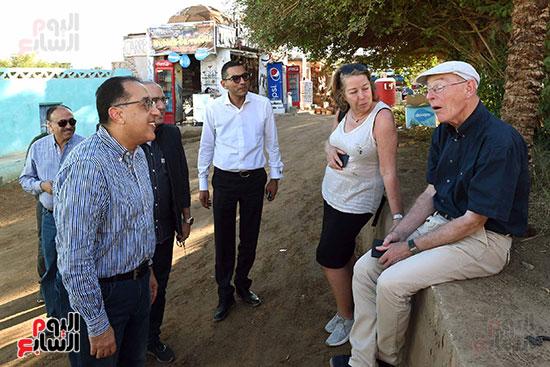 رئيس الوزراء فى جولة تفقدية لمدينة أسوان الجديدة (5)