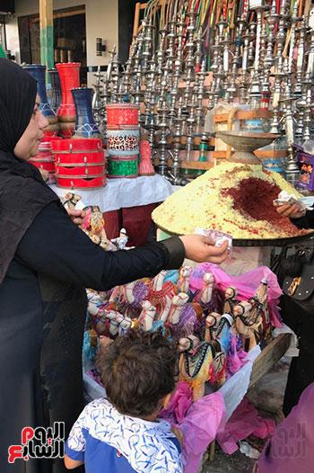قصة كفاح سيدة فى بيع البخور والطبل بمدينة طنطا (2)