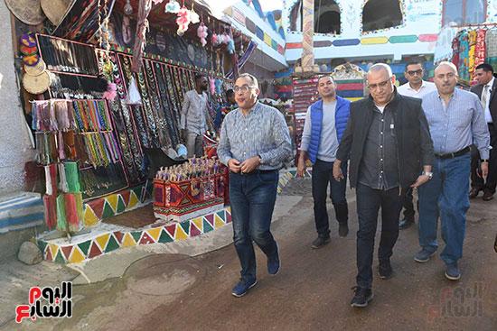 رئيس الوزراء فى جولة تفقدية لمدينة أسوان الجديدة (4)