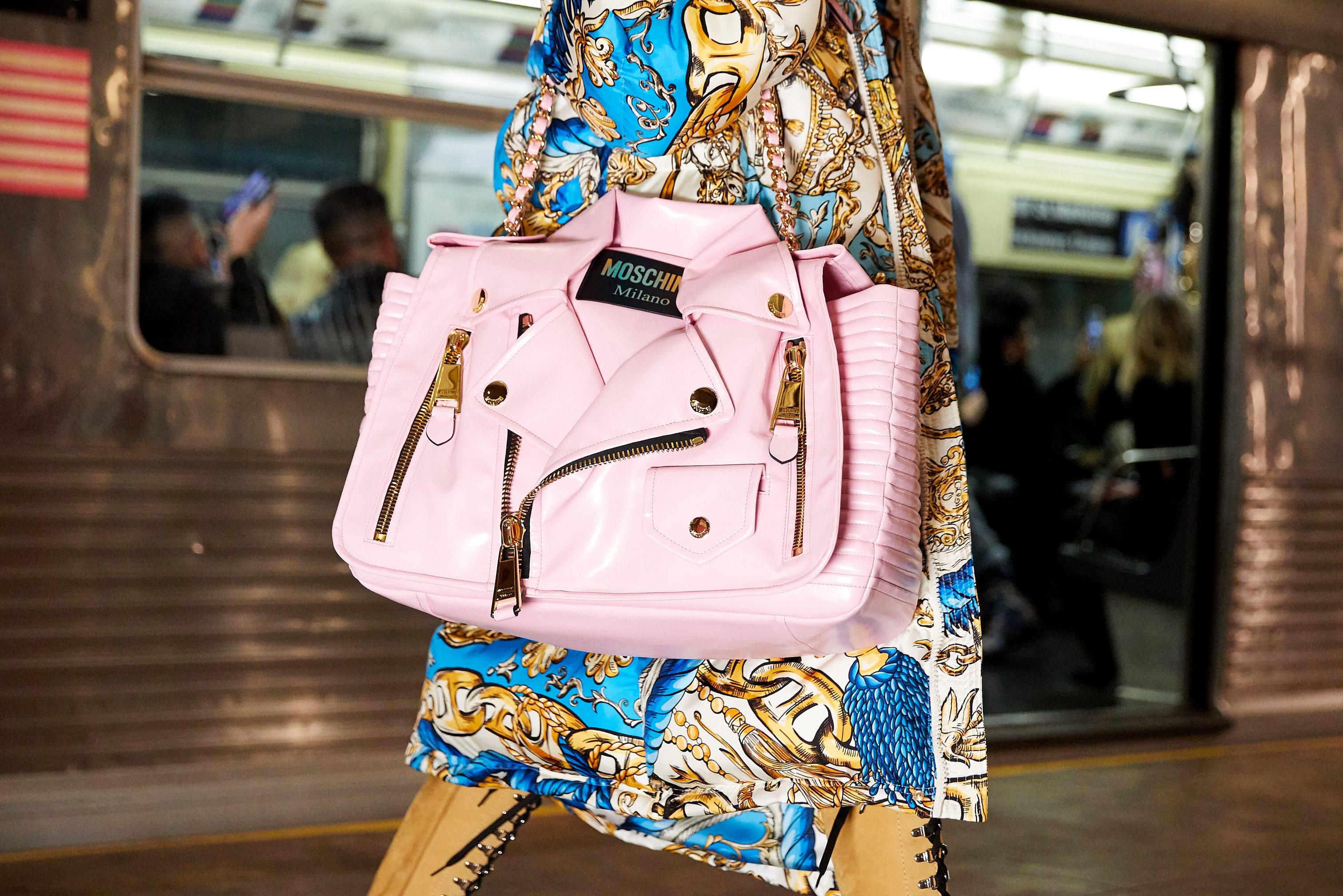 حقيبة بشكل جاكيت جلد في عرض أزياء موسكينو