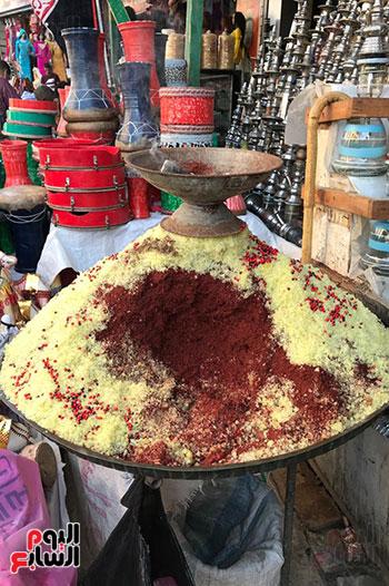 قصة كفاح سيدة فى بيع البخور والطبل بمدينة طنطا (13)