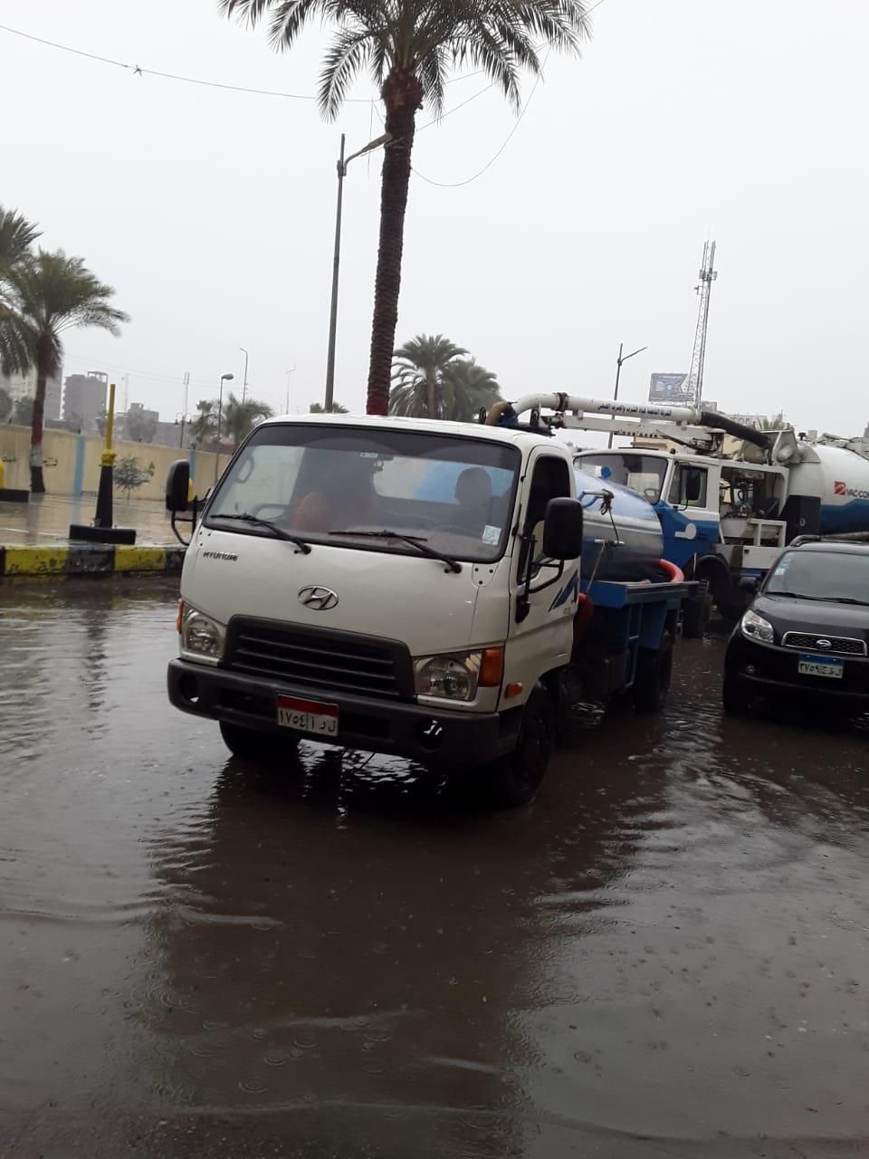 دفع سيارات شفط إضافية بكفر الشيخ والإسكندرية لسرعة إزالة مياه الأمطار (4)