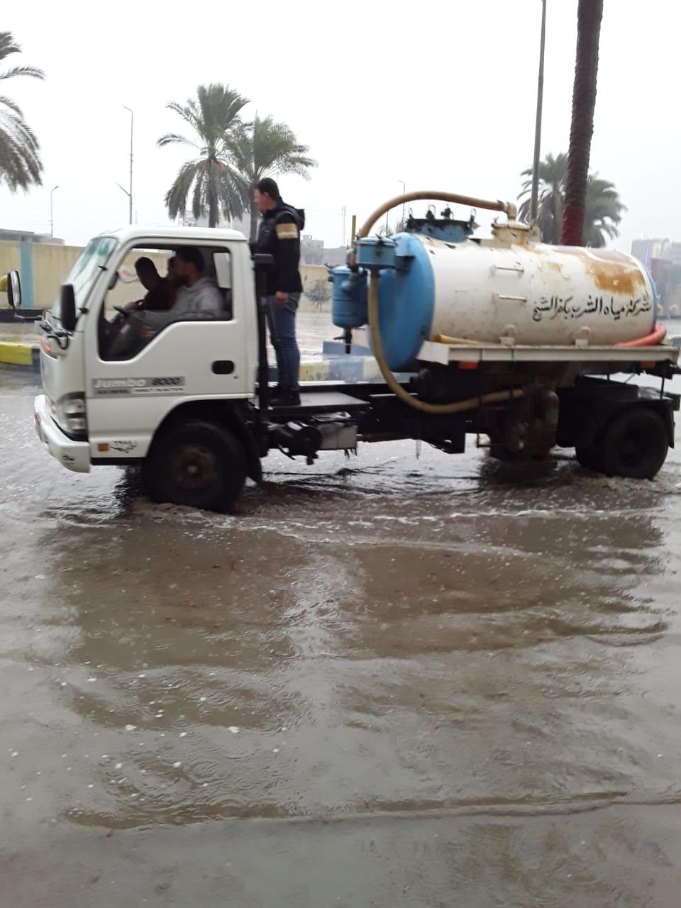 دفع سيارات شفط إضافية بكفر الشيخ والإسكندرية لسرعة إزالة مياه الأمطار (6)