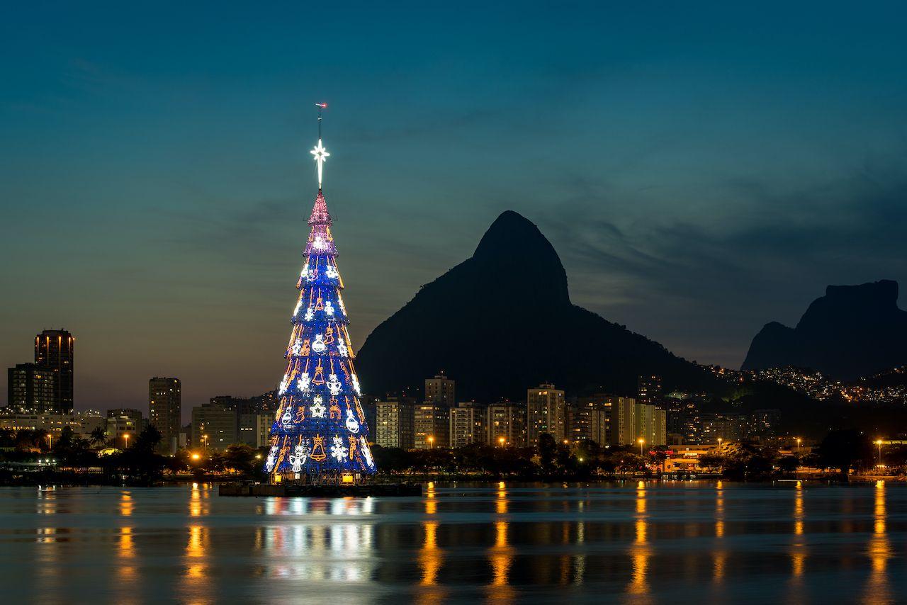 شجرة عيد الميلاد العائمة