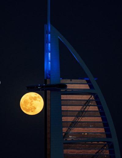 القمر يجاور برج العرب