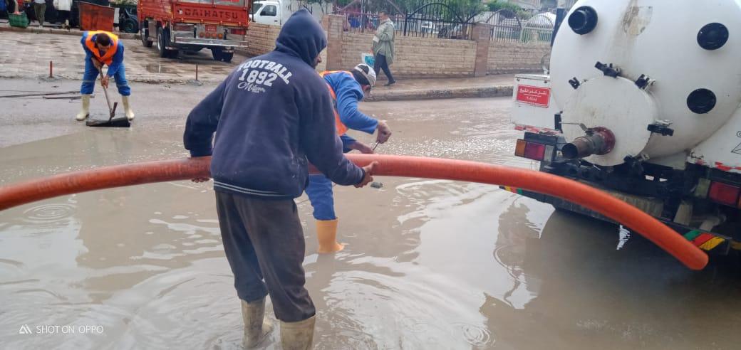 دفع سيارات شفط إضافية بكفر الشيخ والإسكندرية لسرعة إزالة مياه الأمطار (2)