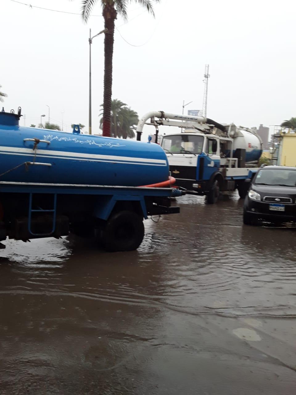 دفع سيارات شفط إضافية بكفر الشيخ والإسكندرية لسرعة إزالة مياه الأمطار (5)
