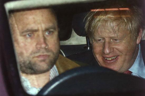 ابتسامة النصر من قبل رئيس الوزراء البريطانى
