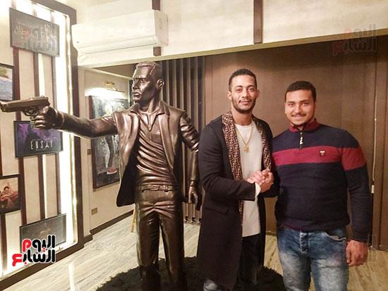 شاب ينحت تمثالاً لمحمد رمضان (5)