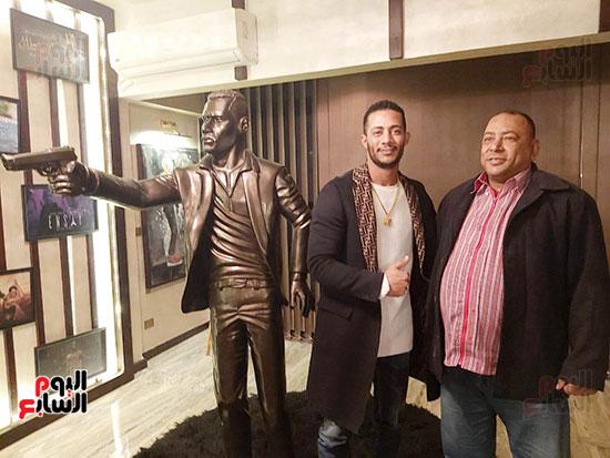 شاب ينحت تمثالاً لمحمد رمضان (3)