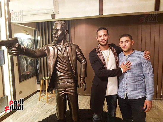 شاب ينحت تمثالاً لمحمد رمضان (2)