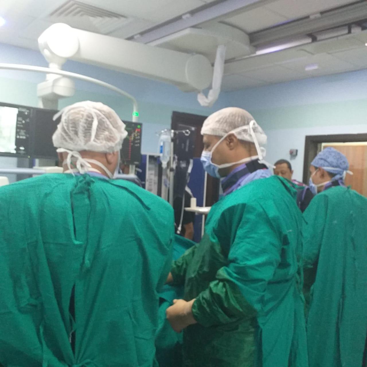 فريق طبى بمستشفى إسنا يجرى عملية (1)