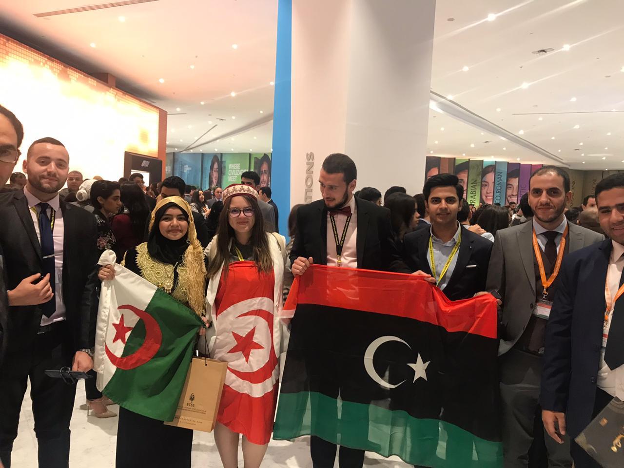 أعلام مختلفة ترفع داخل البهو الرئيسي لحفل افتتاح منتدى شباب العالم