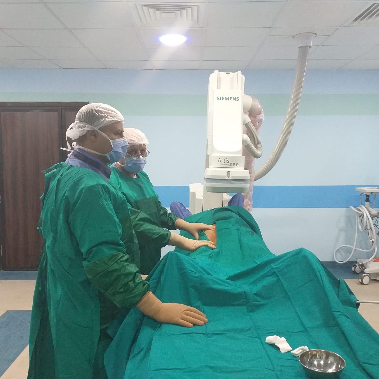 فريق طبى بمستشفى إسنا يجرى عملية (3)