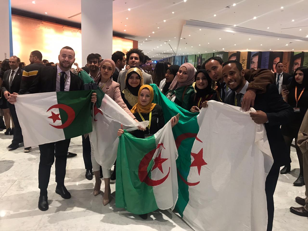 شباب يرفعون أعلام بلادهم بمنتدى شباب العالم