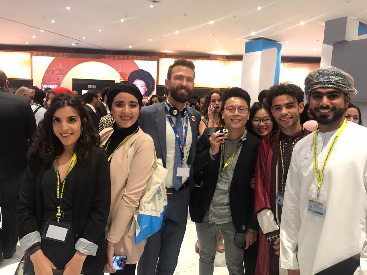 صورة تجمع شباب من عدة جنسيات بحفل افتتاح منتدى شباب العالم