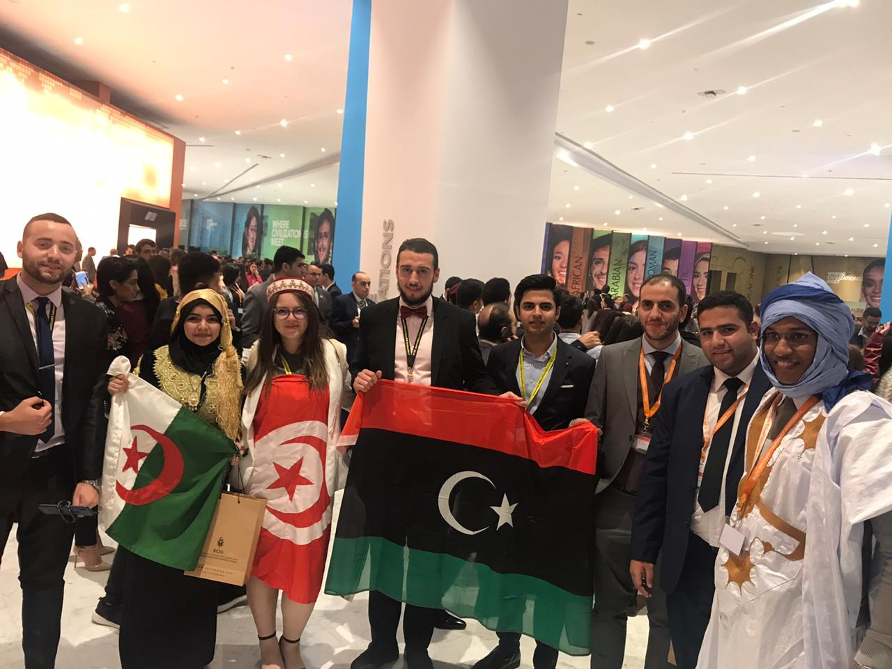 الشباب يرفعون الأعلام بعد انتهاء حفل الافتتاح بشرم (12)