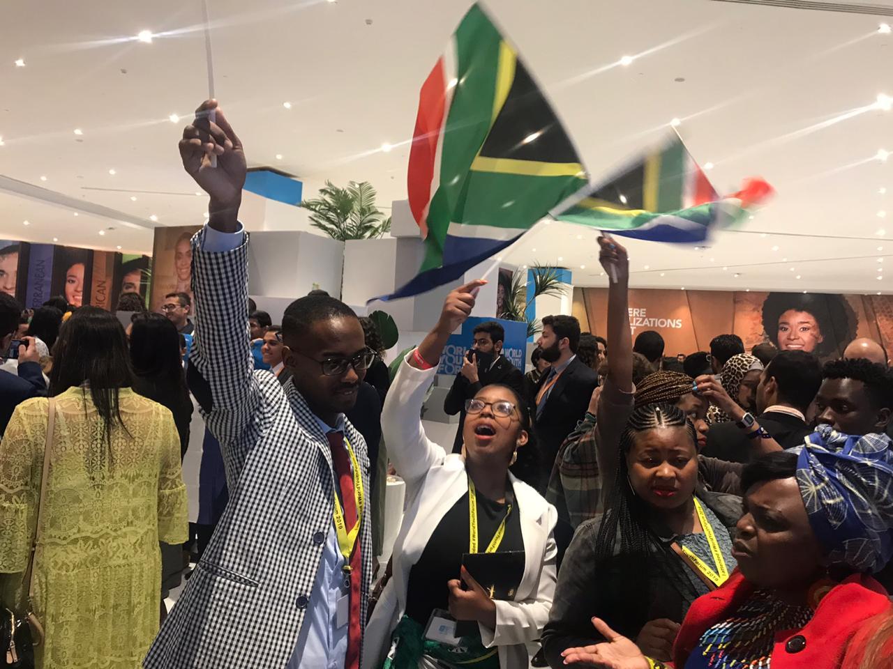 الشباب يرفعون الأعلام بعد انتهاء حفل الافتتاح بشرم (11)