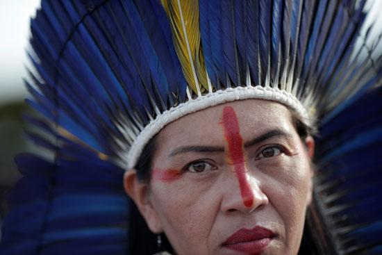 امرأة من السكان الأصليين تنظر أثناء عرض النشيد النسوي