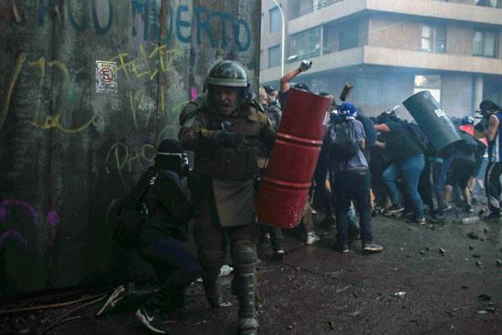 الشرطة تتصدى للمتظاهرين