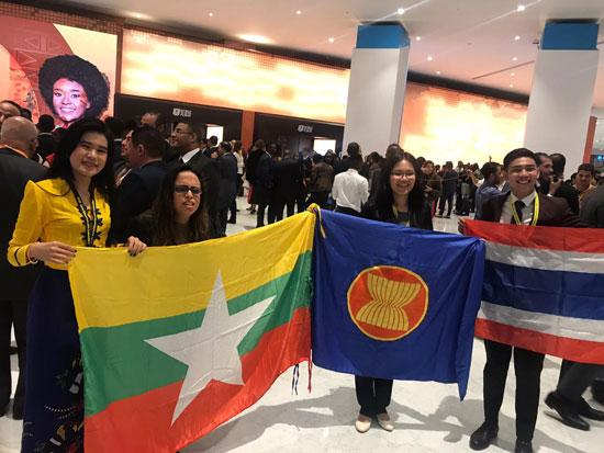 الشباب-يرفعون-الأعلام-بعد-انتهاء-حفل-الافتتاح-بشرم-(21)