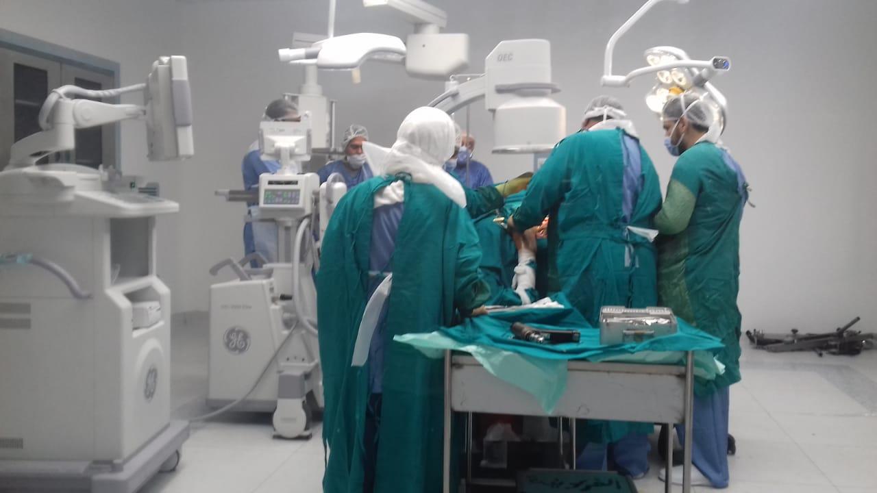 فريق طبى بمستشفى إسنا يجرى عملية (2)