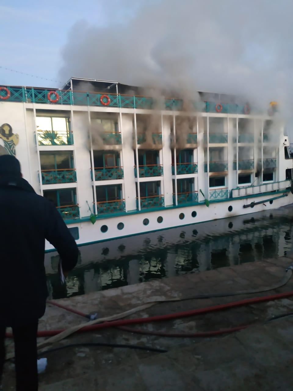 السيطرة علي حريق في مركب سياحي بالأقصر (2)