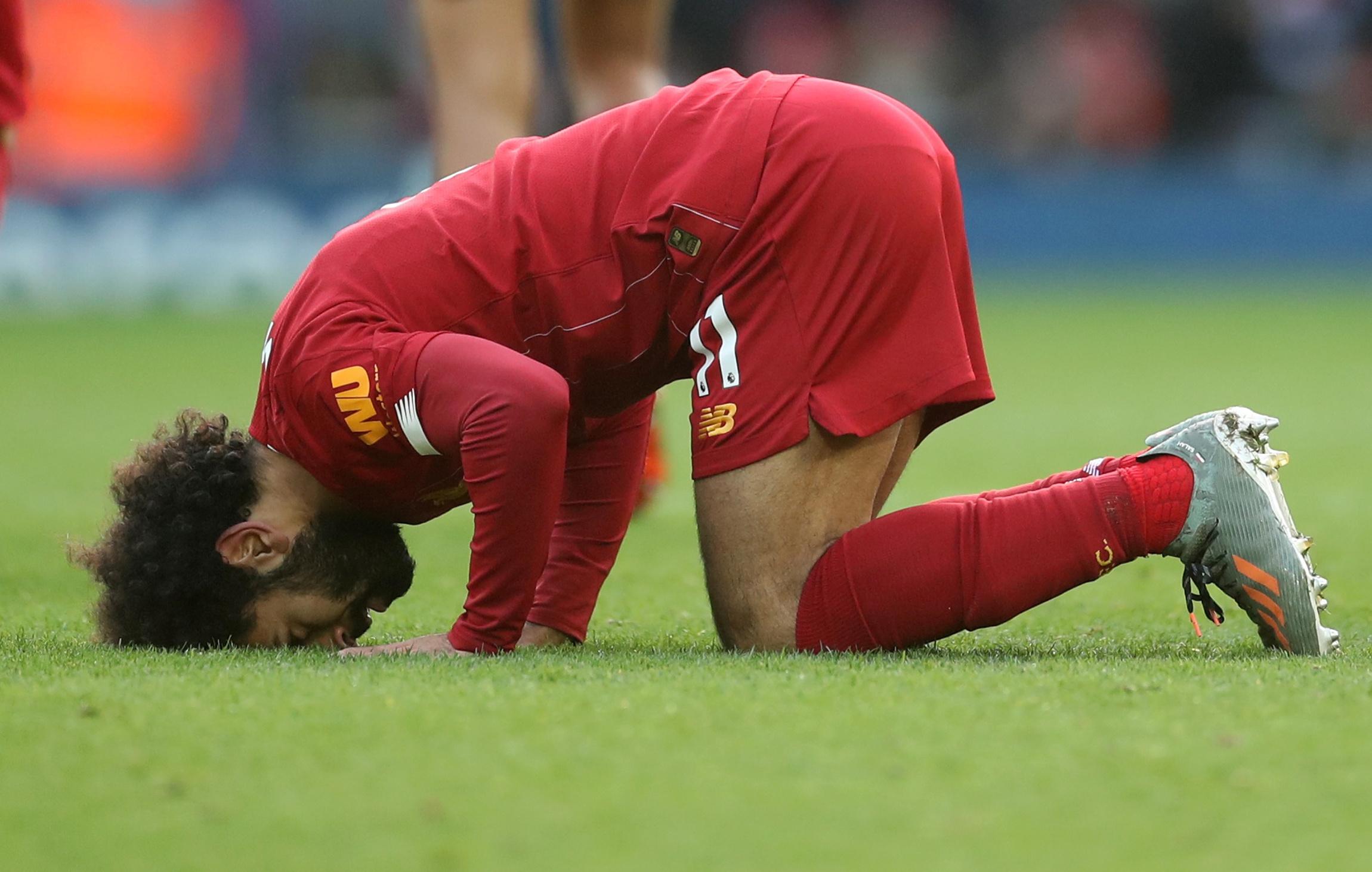 محمد صلاح يسجد شكراً لله في مباراة ليفربول