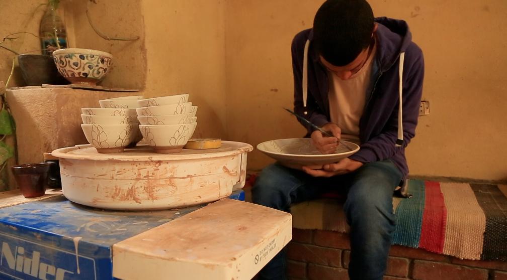 توفيق شاب من قرية تونس يعمل خزاف