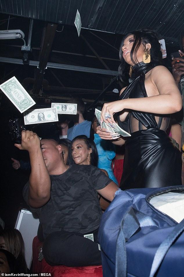 كاردى بى تلقى النقود على زوجها احتفالا بعيد ميلاده