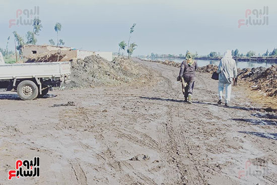 أهالي منشاة أبوعمر يناشدون محافظ الشرقية برصف طريق بحر البقر (6)