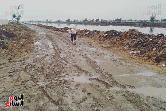أهالي منشاة أبوعمر يناشدون محافظ الشرقية برصف طريق بحر البقر (5)