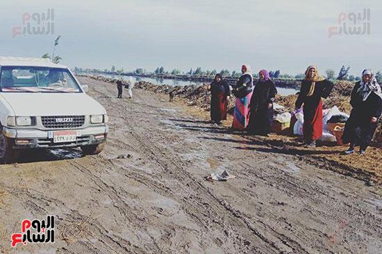 أهالي منشاة أبوعمر يناشدون محافظ الشرقية برصف طريق بحر البقر (7)