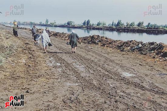 أهالي منشاة أبوعمر يناشدون محافظ الشرقية برصف طريق بحر البقر (8)