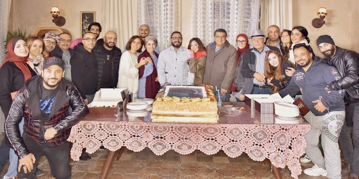 تامر حسني مع أسرة فيلم مش أنا