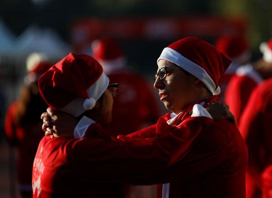 زوجان يرتديان زي بابا نويل فى المكسيك