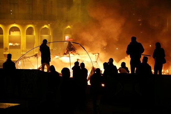 المحتجين يشعلون النيران فى الشارع