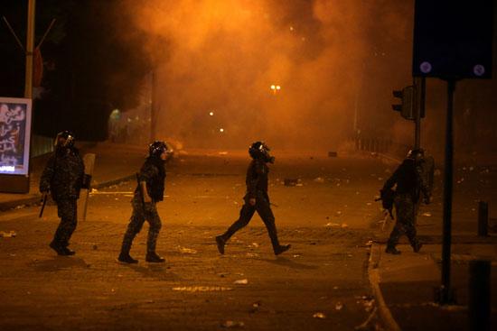 الشرطة تطارد المحتجين