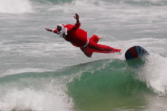زي سانتا كلوز على شواطئ البرازيل