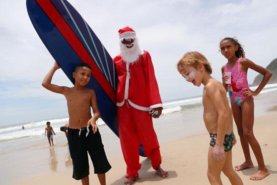 فرحة الأطفال على شواطئ البرازيل