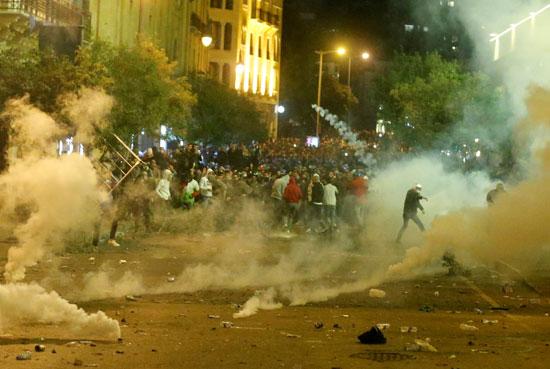 إطلاق قنابل الغاز لتفريق المحتجين