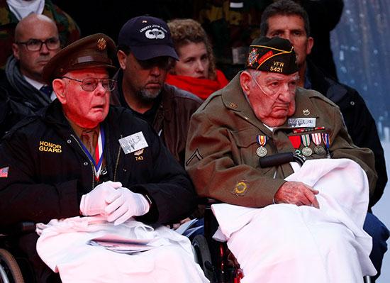 قدامى المحاربين يحضرون احتفالًا بالذكرى الخامسة والسبعين لمعركة الانتفاخ