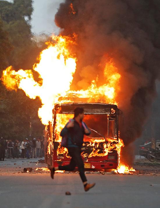 اضرام النار فى حافلة