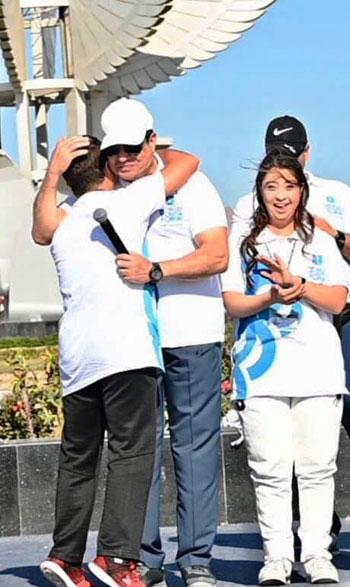 الرئيس السيسى يحتضن أحد المشاركين بالمارثون