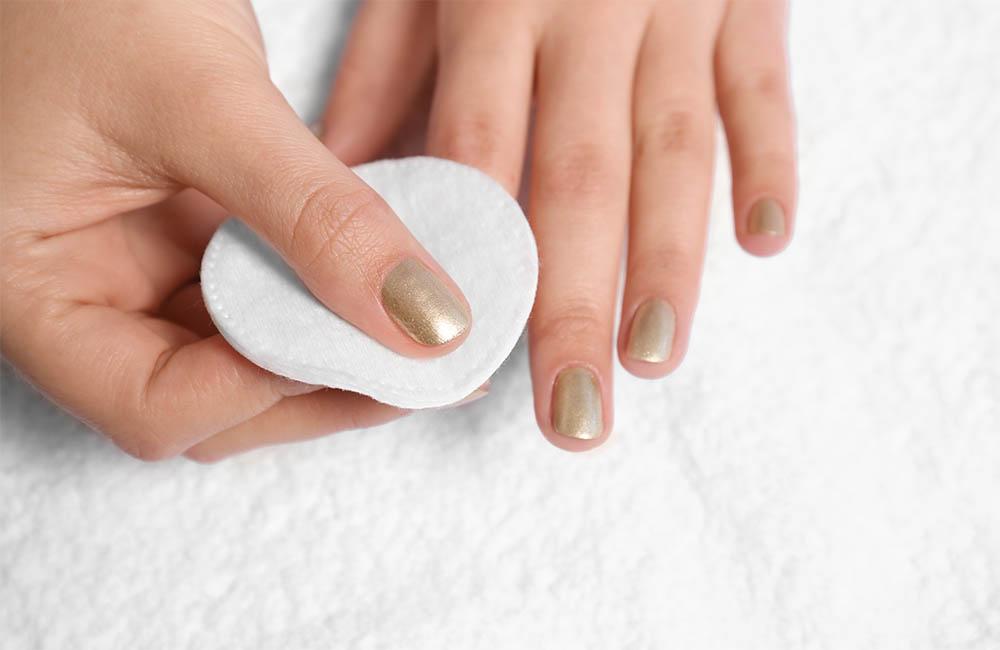 إزالة طلاء الأظافر