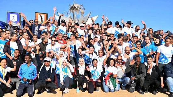 الرئيس يلتقط صورة مع الشباب المشاركين فى ماراثون السلام بشرم الشيخ